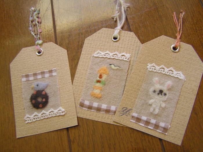 羊毛アップリケを貼りつけたタグです。お子様へのプレゼントに添えると喜ばれます。