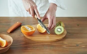 果物や焼き菓子など、小さな食材をカットする際に手軽に使える、ペティナイフサイズのたがる包丁と、お皿のようにも使えるカッティングプレートのセットは意外と使う機会が多く、手軽に使えて重宝しそう。
