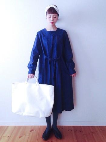 シンプルなデザインと鮮やかなブルーが目を惹くワンピースには、ブラックよりもやや薄めのシアーなタイツでワンランクアップ。