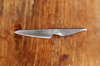 ハマグリ型と呼ばれる刃先の形状は、ゆるやかなカーブとなっており、切れ味も鋭く、カットしたものの刃離れが良いのが特徴です。もちろんぺティーナイフは細かな作業にも便利。