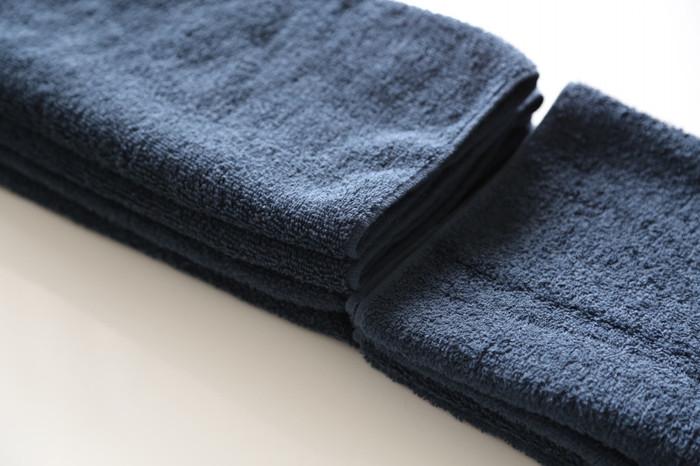 サチ…あれ♪ ~北欧インテリア~さんでは、タオルの畳み方や収納方法にもこだわりがおありです。美しく収納するためと、さっと掛けやすいように細長く折ってから四つ折りに。 1度洗うとふっくらフカフカになる点も、パッケージからでは分からない情報ですよね。