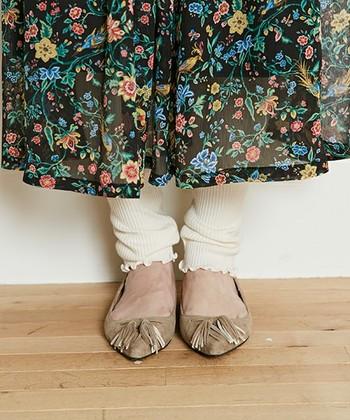 メロウ始末された裾が、くしゅっとかわいらしいレギンス。カジュアルになり過ぎず、着こなしのポイントになってくれるはずです。