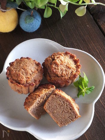 こちらはちょっぴり変わり種、小麦粉ではなくお麩を使ったケーキのレシピです。材料は、お麩とあんこのほかに、ベーキングパウダー、卵、ココナッツオイルだけというお手軽レシピなのも魅力♪ココナッツオイルはほかのオイルでも代用できますよ。