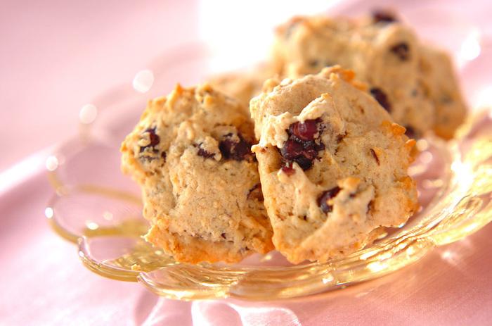あんこはクッキーにも混ぜ込むこともできます。こちらはゆであずき缶を生地に混ぜますが、あんこ自体は無糖なところもヘルシーポイント。甘さが気になる時には砂糖の量を調節してみるのも良いでしょう。