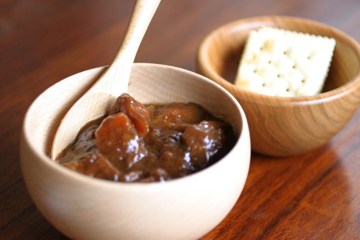 木の優しい色合いや手触りは和洋問わず使える優れものです。スープなどのほかにカレーやシチューなど…。また汁物だけでなく、シリアルやサラダを盛りつけてもナチュラルな木の色が料理を際立たせてくれます。