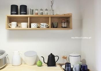空いた壁を有効活用した例。 お気に入りのコーヒーーツールや、ティーカップ、スパイス類を置けば、カフェ風の雰囲気も楽しめます。