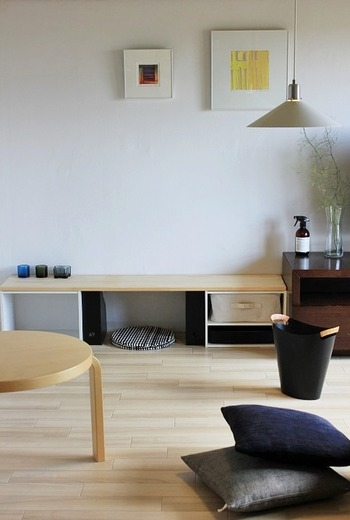 ボックス収納を両端に、上に大きな板を置いてテーブル風に。 化粧台としても、作業台としても使えます。  壁際の低めのスペースを有効活用しているため、圧迫感もありません。