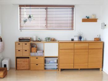 すでにある収納の横にスタッキングシェルフを置くというアイディアも。 何もないところに収納ボックスを置くわけでなく、あくまでも収納空間を延長しているだけなので、部屋が狭くなったという感じはしないでしょう。