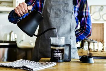 二回に分けて、お湯を注ぎいれる方法をご紹介します。お湯は、コーヒーのフレーバーをしっかりと抽出するために、100度に近い沸かしたてのお湯をご用意ください。 【一湯目】 まずはタイマーをスタートし、一湯目をビーカーの半分くらいまで注ぎます。お湯が粉全体にかかるよう、円を描くように勢いよく注ぎます。ドリップのように細いお湯を注ぐ必要はないので、普通の使い慣れたヤカンでOK。
