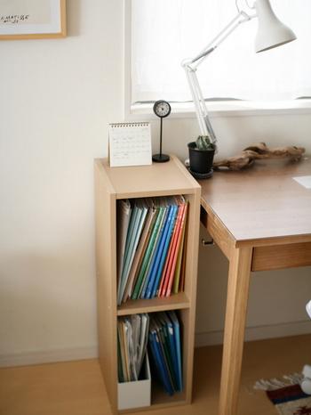 デ机のサイズに合わせて、小さめのカラーボックスをサイドに収納用に置くという方法も。