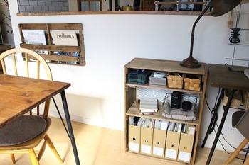 ボックスに仕切りをつけて、ちょっとした棚のようにアレンジした収納。 テーブルと高さを合わせることで、テーブルの延長のようにストレスなく使えます。 狭いスペースを有効活用したいときに便利。