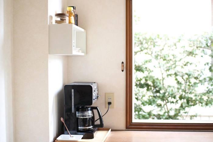 キッチンの隅をボックス収納を活用して、コーヒースペースにしてしまうのも、おしゃれでワクワクする方法ですね。