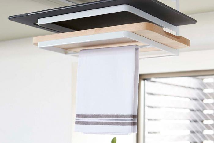 まな板は2枚収納でき、下の段にはふきんを2枚掛けておくことができるので、食器を洗ったあとや調理中でもすぐに手をふくことができ便利です。キッチンのデッドスペースを有効活用できるものうれしいポイント。