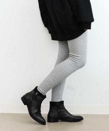 柔らかに編まれたリブは、履いた瞬間に身体にすっと馴染みます。ニット帽やストールなど、冬アイテムとの相性も抜群です。
