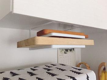 吊戸棚だけでなく、電子レンジ上のデッドスペースに吊るすこともできます。レンジの上に物を置くのが嫌な人におすすめ。