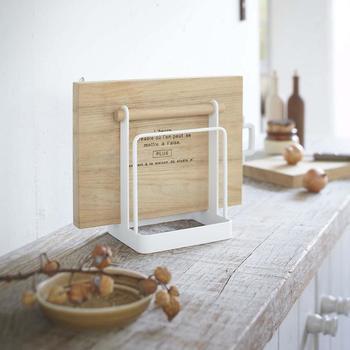 まな板をお洒落に収納でき、シンクまわりをスッキリと綺麗に整理し、使いやすいキッチンを演出してくれます。