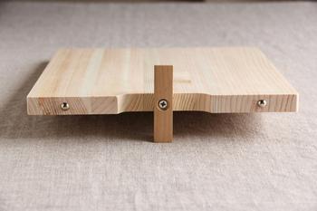 まな板たてが必要ない、究極のまな板。なにかとごちゃごちゃしがちなキッチンでの収納にとても便利です。