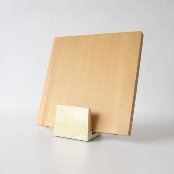 よくあるまな板たての弱点は、重めのまな板を立て掛けると倒れてしまうところ。こちらのまな板たては、真鍮製だから重厚感がありそんな心配ご無用。
