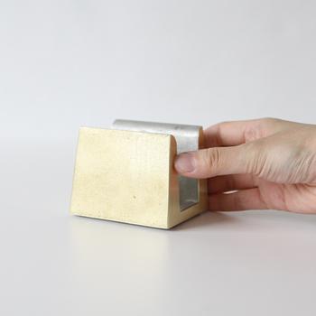 真鍮は耐水性があるので、水に触れやすいキッチンに置くのも安心。まな板立ての底面には、柔らかなシリコンを埋め込んでいるので、置く場所を傷つけることがないよう考慮されています。
