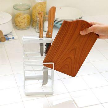 包丁とまな板を一緒に収納できる優れモノ。同時に使うことが多い2種類のアイテムを一度に収納できるから、探す手間が省けて便利です。