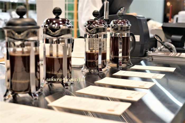 店内では豊富な種類のコーヒーを試飲できるので、コーヒー豆選びが初めてという方でも安心。また、定番ともいえるボダムのフレンチプレスを数種類取り扱っているので、実際に手に取ってみて器具を選びたいという方にもオススメです。