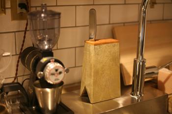 包丁3本、ペティナイフ2本が収納可能。包丁を差し込む部分は木の蓋になっているので、包丁を入れたときに刃こぼれする心配もなし。