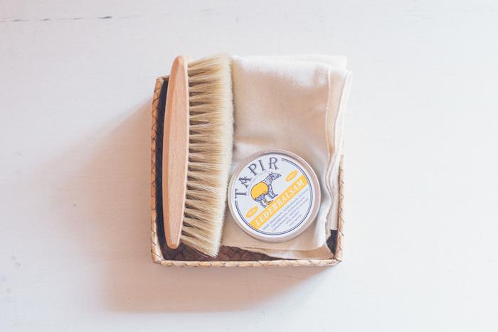 レザーシューズの場合は、やはり専用のブラシやクリームを使用することをオススメします。ブラッシングで埃や汚れを落とした後、柔らかい布に専用のクリームを取り、まんべんなく靴の表面に塗りましょう。余分なクリームを拭きとればお手入れは完成です。日頃から履いたらさっとブラッシングして、日陰で1~3日くらいお休みさせてあげると長く履くことができます。
