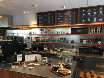 京都発のスペシャルティコーヒーブランド「Unir(ウニール)」。Unirとは、スペイン語で「結びつける」、「ひとつにする」という意味。自慢のスペシャルティコーヒーをはじめ、そのコーヒーが作られている農園、意欲的な生産者など、Unirならではの魅力を、来店する方に届けていきたいというお店の想いが込められています。