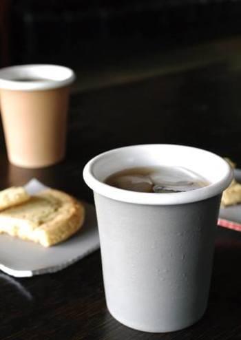 コーヒーをいれて。蕎麦猪口とは思えないほどコーヒーにぴったりですね。こちらは北海道にあるアトリエ、JUNIO(ユニーオ)で作られた、紙コップをモチーフにした蕎麦猪口。