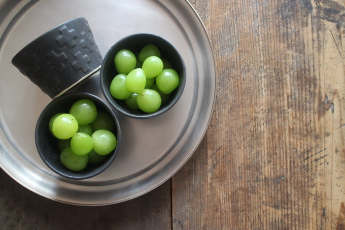 益子焼窯元・よしざわ窯さんのクロス柄がスタイリッシュな蕎麦猪口。陶土を液状にした「泥しょう(でいしょう)」で作られ表情豊か。ひとつあるだけで食卓の雰囲気が変わります。