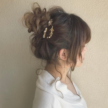 スターやリーフなど、自然を連想させる小さめのヘアアクセサリー。ゴールドで揃えれば、程よくクラス感も備わります。
