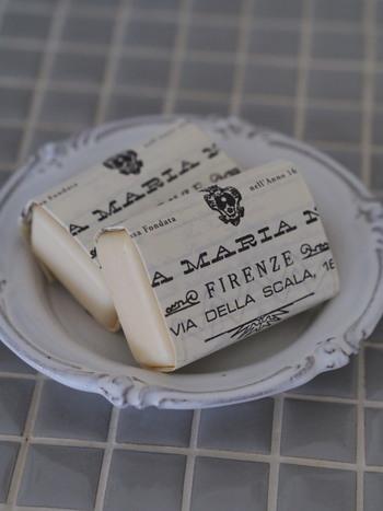 ひよりごとさんのお宅ではバスソルトや牛乳から作られたフレグランスソープを常備しているのだそう。アイリスやジャスミンなどいろいろな香りを選ばれているそうですよ。 サンタマリアノヴェッラの香りで、お風呂が一気にラグジュアリーな空間に。