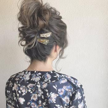 高めの位置でつくったまとめ髪。クリップは下の方につけることで、全体がバランスよく整います。