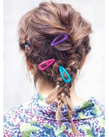 """子供の頃から馴染みのある、シンプルな""""パッチン止め""""。カラフルな色を選んで、冬の装いをヘアからヴィヴィッドに彩って。"""