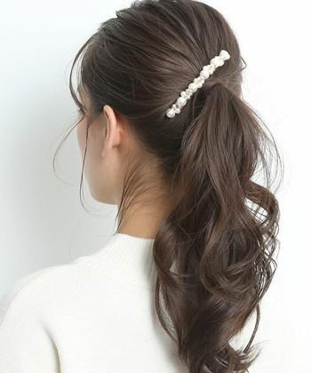 デイリーアレンジの代表格とも言える、シンプルな一つ結び。パールのヘアアクセサリーで、品のあるツヤをプラスして。