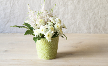 コラージュのような模様がかわいい、蕎麦猪口。可憐な花を挿したくなります。