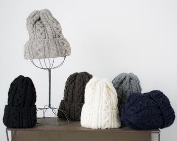 100年以上の歴史を持つハイランド2000は、イングランドのノッティンガムで創業します。全ての製品は、ノッティンガムで発明された手編み機を用い、昔ながらの手法で作られています。特にニット帽においては、1つの家族だけが生産を担当しており、大量生産品にはない暖かみを感じることができます。