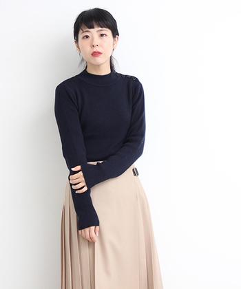 同じニットでも、ハイネックでピッタリとしたシルエットのものは、また印象が変わります。キレイめなライトベージュのスカートと合わせてスッキリ上品なコーディネートも素敵ですね。
