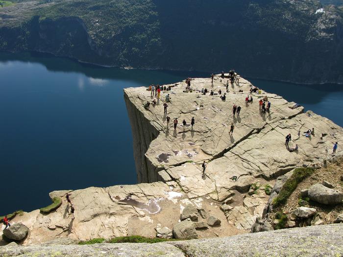 ノルウェー観光の人気スポットです。フィヨルドにせせり立つ崖は600メートルの高さがあり、上からリーセ・フィヨルドを見下ろすことができます。ここに来るまでは片道2時間のハイキングですが、たどり着いた時の感動は言葉で言い表せません。