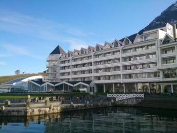ちなみに、ハルダンゲルフィヨルド沿いの町には、その絶景を一望できるホテルもあります。なかでもおすすめは「ホテル・ウレンスヴァン」。ノルウェー王室も御用達の名門ホテルで、作曲家・グリーグに愛された場所としても有名です。