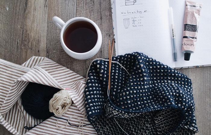 バレンタインのプレゼントにおすすめの手編みアイテムと作り方をご紹介しました。今年のバレンタインは大切な人の笑顔を思い浮かべながら、ひと編みひと編み心を込めて編んでみてはいかがでしょうか。