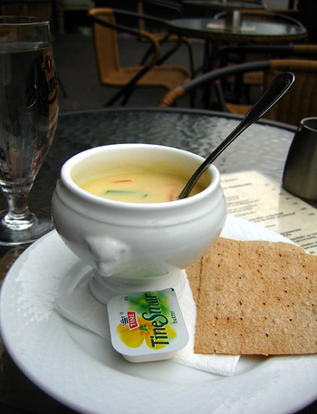 サーモンなどのシーフードや野菜がたっぷり入った、クリームベースのフィッシュスープ。現地では「フィスクシュッペ」と呼ばれています。寒い日に食べるとこの上ない幸せに包まれます。