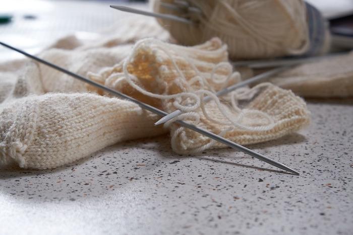 編み小物を作る場合、編み方はかぎ針編みと棒針編みの2種類があります。また、目の作り方、メリヤス編み、裏編みなどの基本動作を最初にマスターしておけば作り進めやすくなりますよ。