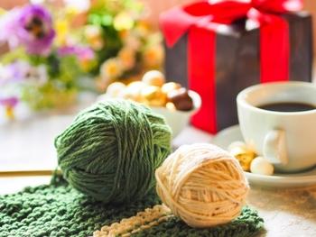 """今年のバレンタインはチョコと一緒に手編みの小物をプレゼントしてみませんか?""""手編み""""と聞くととってもハードルが高そうだけれど、マフラーやスヌード、ミトンなどの小物なら初心者さんでも1ヶ月あれば完成できちゃいます。"""