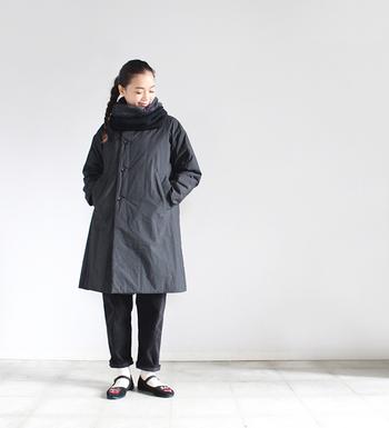 首元がすっきりとしたノーカラーのダウンコートは、マフラーやストールが巻きやすいですよ。