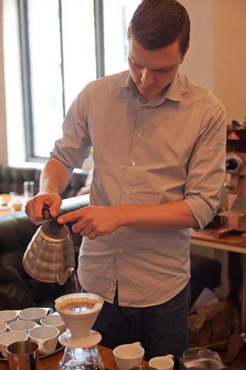 ティム・ウェンデルボー(Tim Wendelboe)氏は、ノルウェーコーヒー界の立役者。2004年の世界バリスタチャンピオンシップの優勝者であり、コーヒー業界で知らない人はいないほど有名です。そのウェンデルボー氏自身が経営するカフェも、オスロにあります。