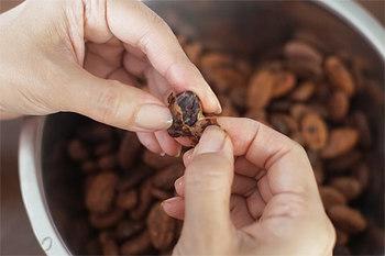 低温乾燥させたカカオ豆の皮は、一粒ひと粒、地元金沢の障害者就労施設の人びとが剥いています。100gにつき40分かかるそう。  アリと共存する無農薬栽培の実践や石臼ローラーを用いる古代製法のチョコレート作りなど、こだわりは。↓