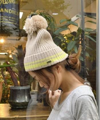 シニヨンは、カジュアルなニット帽コーデとよく合います。おでこ出してかぶると表情が明るく見えます。さらに後れ毛でこなれ感もアップ!