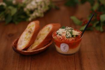 温かいポテトクリームの上には濃厚なソース。野菜もたっぷりなので栄養バランスもバッチリです。