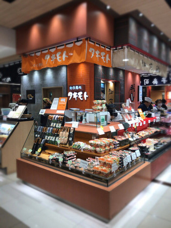 大丸東京店内にあるお弁当のお店「タキモト」。美味しそうなお弁当やお寿司がたくさん並んでいますが、その中でも特に人気のカップに入ったお弁当をご存知ですか?